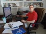 El profesor Andrés Santos en su despacho de la Facultad de Ciencias